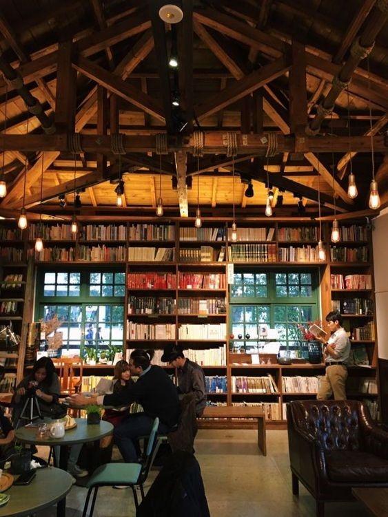 ترکیب فوق العاده از چوب و نور و کتاب در کافی شاپ