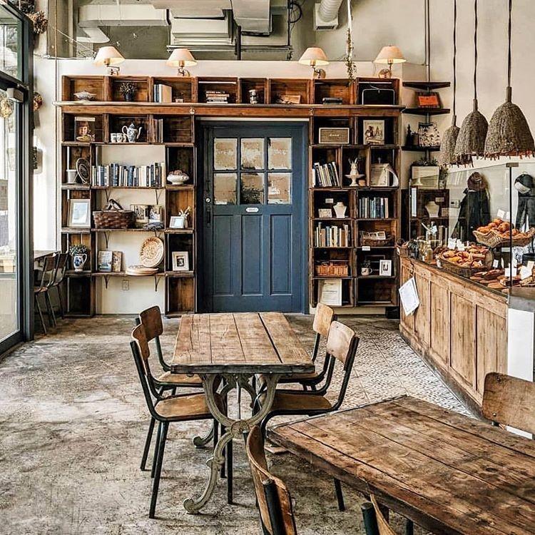 دکوراسیون کافیشاپ به سبک خانه روستایی چوبی