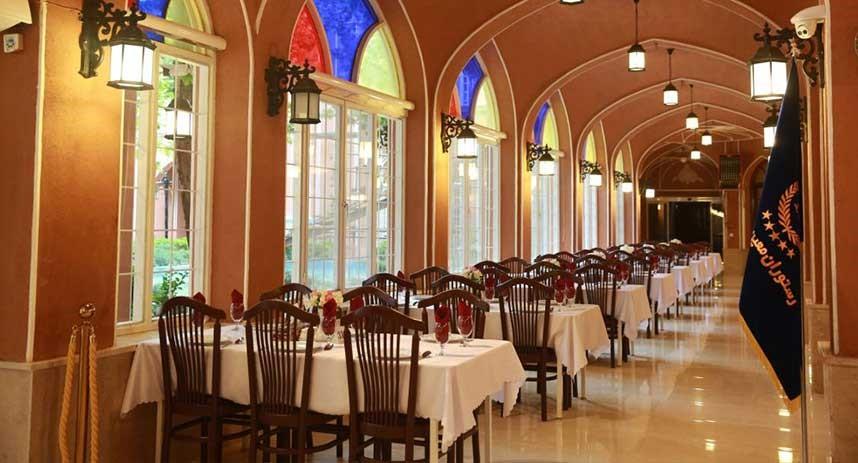 سالن زیبا و سنتی رستوران معین درباری مشهد