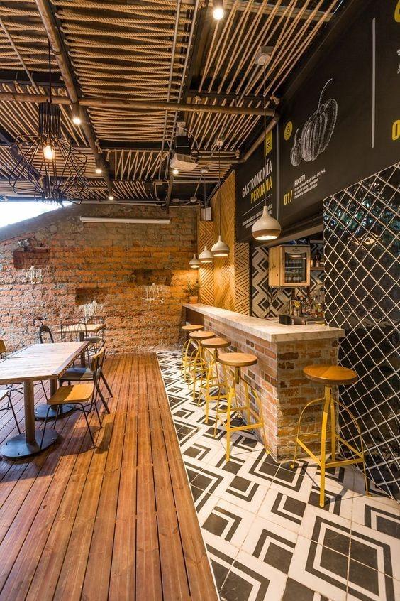 طراحی روستیک کافه با استفاده از عناصر طبیعی مانند چوب و رنگ زرد