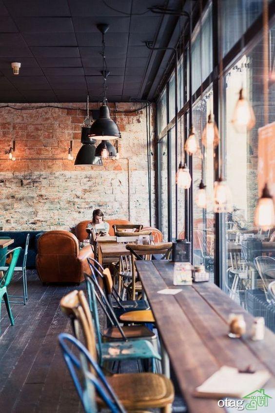 دکوراسیون صنعتی با چراغهای آویزان، میز صندلی فلزی و دیوارهای آجری