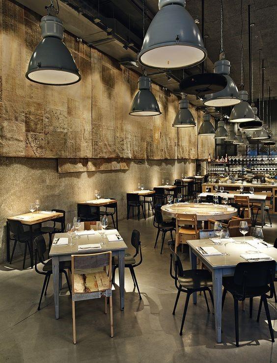 دکوراسیون صنعتی با میز و صندلی فلزی و چراغهای آویزان