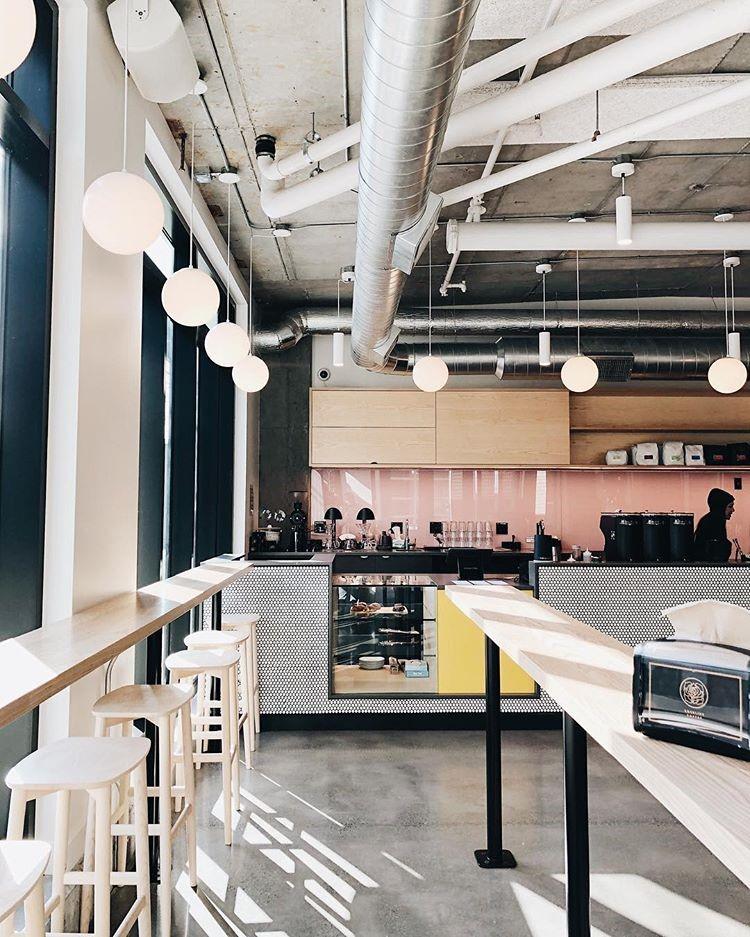 دکوراسیون صنعتی کافه با لولههای تهویهی در معرض دید