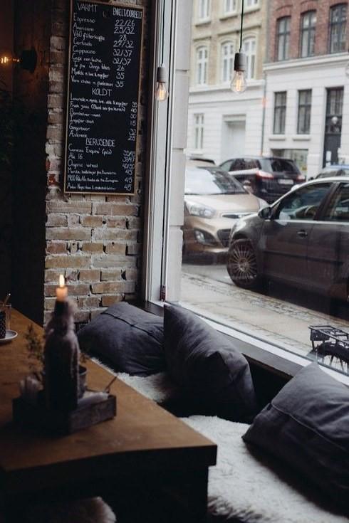 صندلی های نرم و راحت و بالش در دکوراسیون کافی شاپ