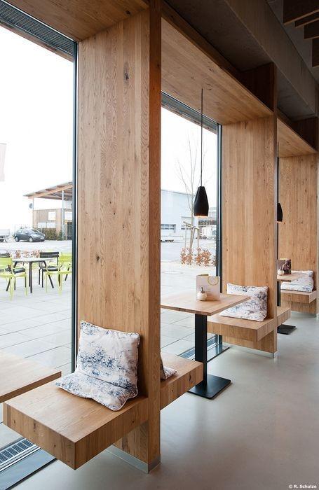دکوراسیون مدرن با فضای اختصاصی کنار پنجره که با پارتیشن های چوبی جدا شده است