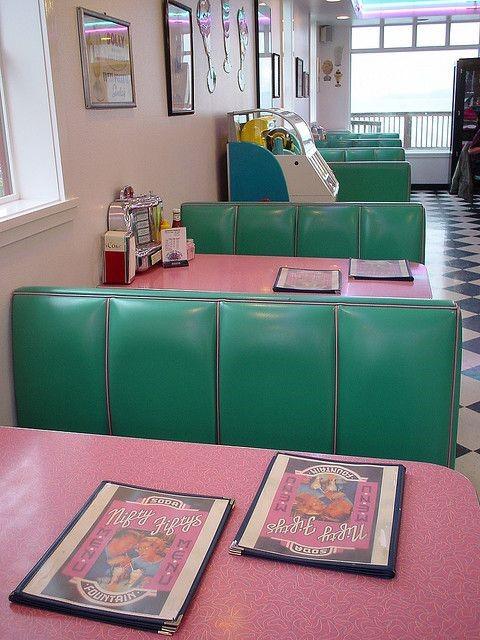 کافی شاپ رنگارنگ سبز و صورتی به سبک دهه 60 میلادی