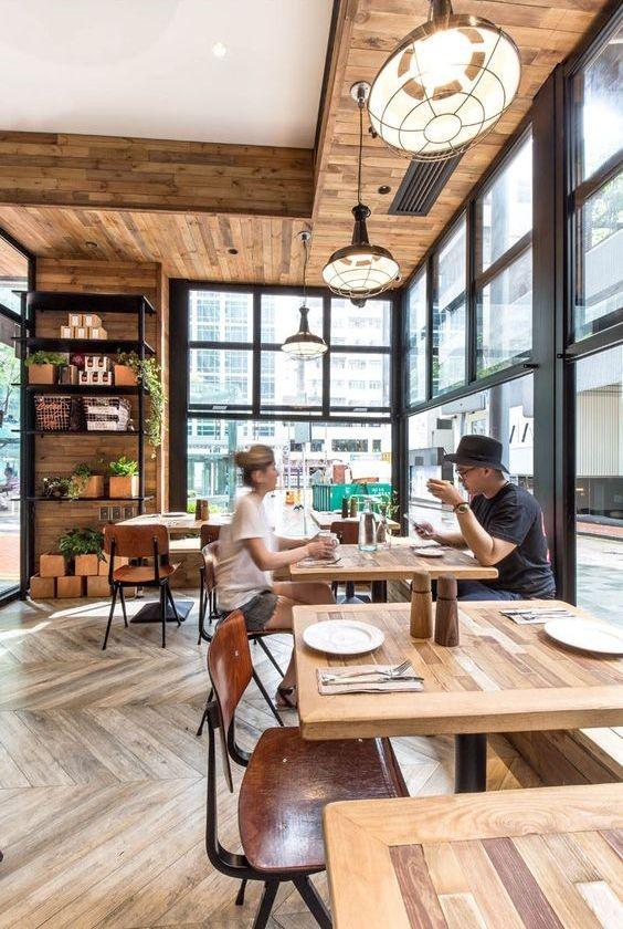 کافی شاپ مدرن با کفپوش و دیوارهای چوبی