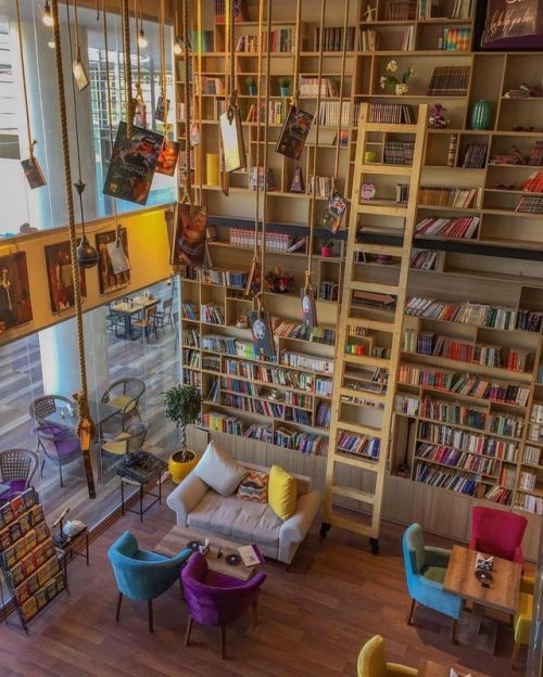 کتابخانه از زمین تا سقف و ایجاد فضای دنج در کافی شاپ