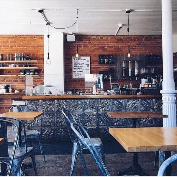 دیوار آجری، کاشیهای خلاقانه و صندلیهای قدیمی ترکیبی از سبک صنعتی و کلاسیک
